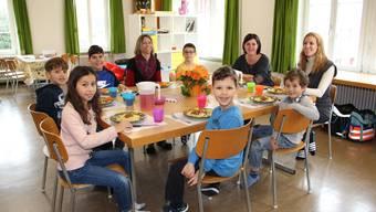 Volle Bäuche und glückliche Gesichter am Mittagstisch