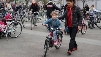 Die 6-jährige Rachel ist unterwegs mit ihrem ersten Velo mit Gangschaltung. cfr