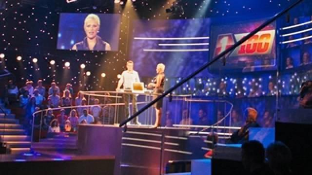 1 gegen 100 Moderatorin Susanne Kunz (r.) mit einem Kandidaten Foto: Heinz Stucki - SF