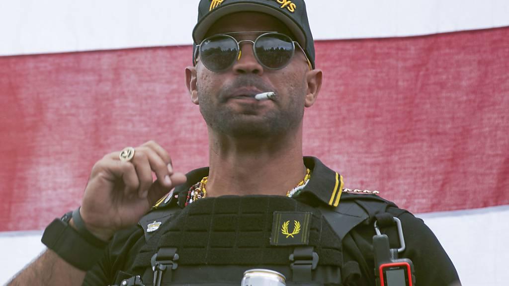 ARCHIV - Henry «Enrique» Tarrio, Anführer der «Proud Boys», ist von einem Gericht in Washington zu einer Gefängnisstrafe von 155 Tagen verurteilt worden. Foto: Allison Dinner/AP/dpa
