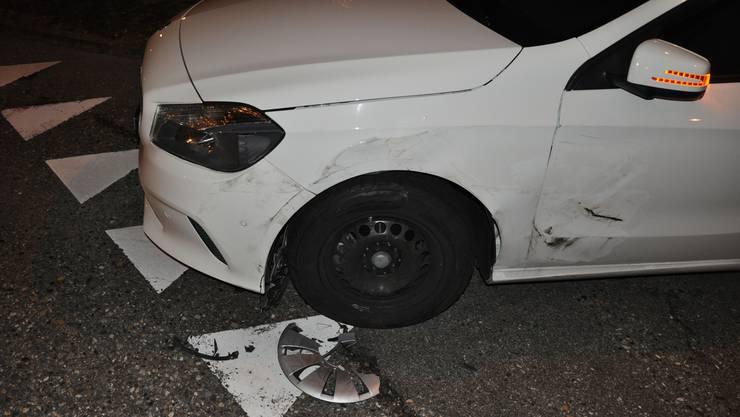 An diesem Fahrzeug entstand ein Sachschaden von mehreren tausend Franken – der mutmassliche Unfallverursacher flüchtete.