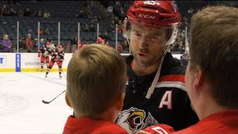 Ein kleines Kind wird mitsamt seinem Vater von Eishockeyspieler Matthew Ford verarscht