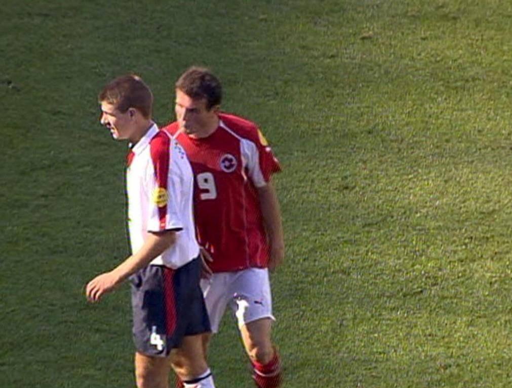 In der Schweiz besonders in Erinnerung sein dürfte, als Alex Frei Gerrard angespuckt hatte (2004). (© Keystone)