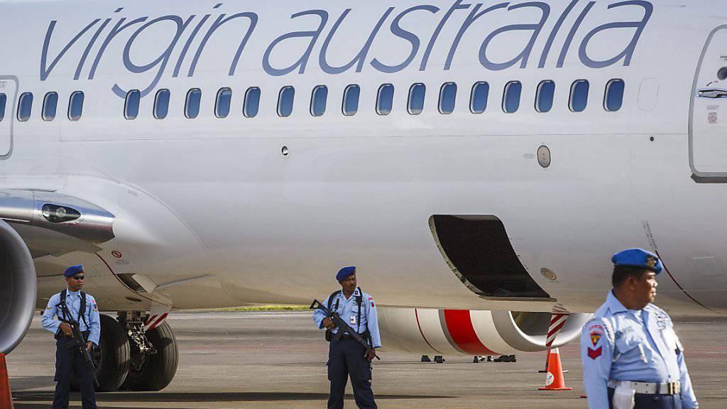 April 2014 auf Bali: Indonesische Soldaten bewachen eine australische Maschine, nachdem diese wegen eines Passagiers, der ausser Rand und Band war, auf dem Flughafen in Denpasar unplanmässig zwischenlanden musste. (Archiv)