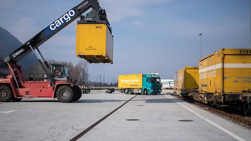 SBB und ASTAG haben in Basel ein Positionspapier unterzeichnet, dass eine gleichwertige Förderung von Schiene und Strasse verlangt. (Symbolbild)