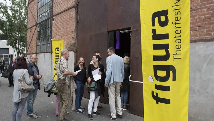 Das erste Publikum strömt in die Alte Schmiede, Eröffnung 13. Figura Theaterfestival, Alte Schmiede, Baden, 12. Juni 2018.