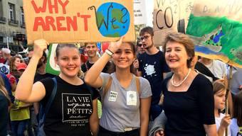 Bundesrätliche Unterstützung für die Klimajugend: Umweltministerin Simonetta Sommaruga marschierte am Samstag an der Kundgebung in Bern mit. Bild: Twitter