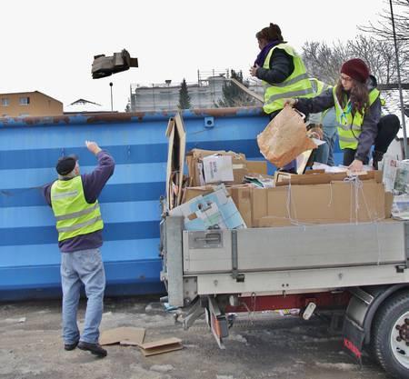 Das Altpapier wird im Container gesammelt und später einem Altstoffhändler weiterverkauft