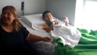 Rund tausend Freiwillige suchten nach ihm: Der Fünfjährige erholt sich nach seiner Odyssee in der argentinischen Wüste in einem Spital. (Screenshot)