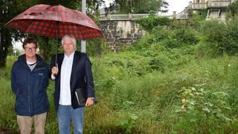 Carlo Mettauer (links) und Martin Ammann vom Aarauer Konsortium stehen vor dem verwilderten Park im unteren Teil des Felsgartens.