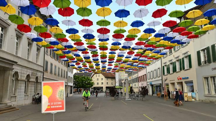 Rund 500 Schirme sind in der Kirchgasse in Olten aufgehängt und verleihen ein farbenfrohes Dach.