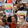 In Chemnitz sind am Samstag erneut mehrere tausend Demonstranten verschiedener Lager auf die Strasse gegangen.