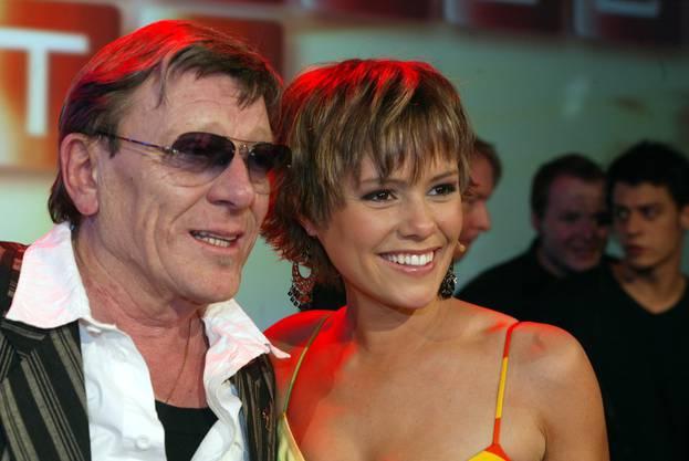 """Zwei Grössen der Schweizer Popmusik: Polo Hofer und Francine Jordi bei der TV-Sendung """"Die grössten Schweizer Hits"""" (2006) ."""