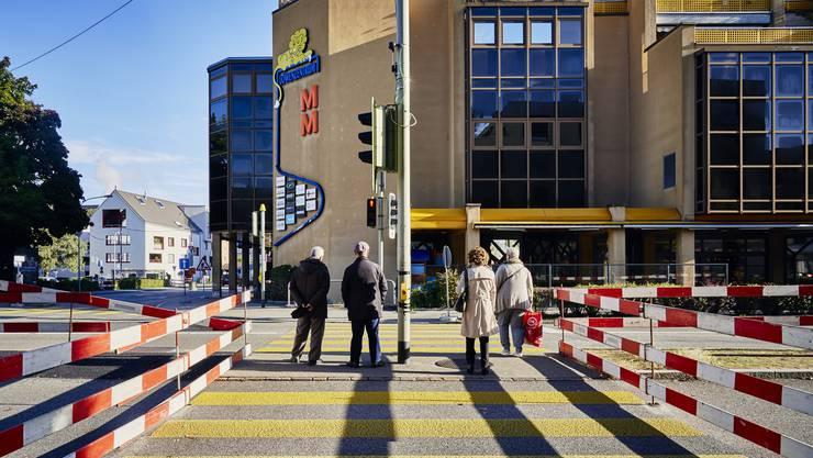 Die Baustelle der Limmattalbahn prägt derzeit das Dietiker Zentrum. Die Kundenfrequenz in der Migros im Löwenzentrum ist seit Baubeginn um 10 Prozent tiefer.