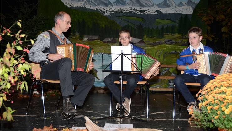 Irene (rechts) und Leo Reinhart spielten im Duett, begleitet von ihrem Musiklehrer Ernst Rohrer.