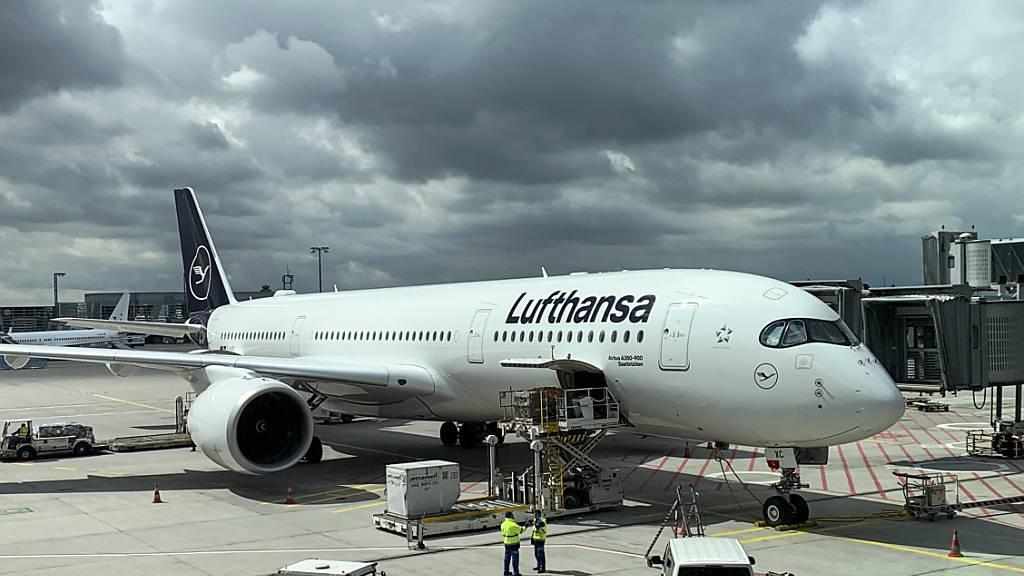 Dunkle Wolken am Himmel: Lufthansa nimmt Geld auf und will die weiter Kosten senken. (Archivbild)