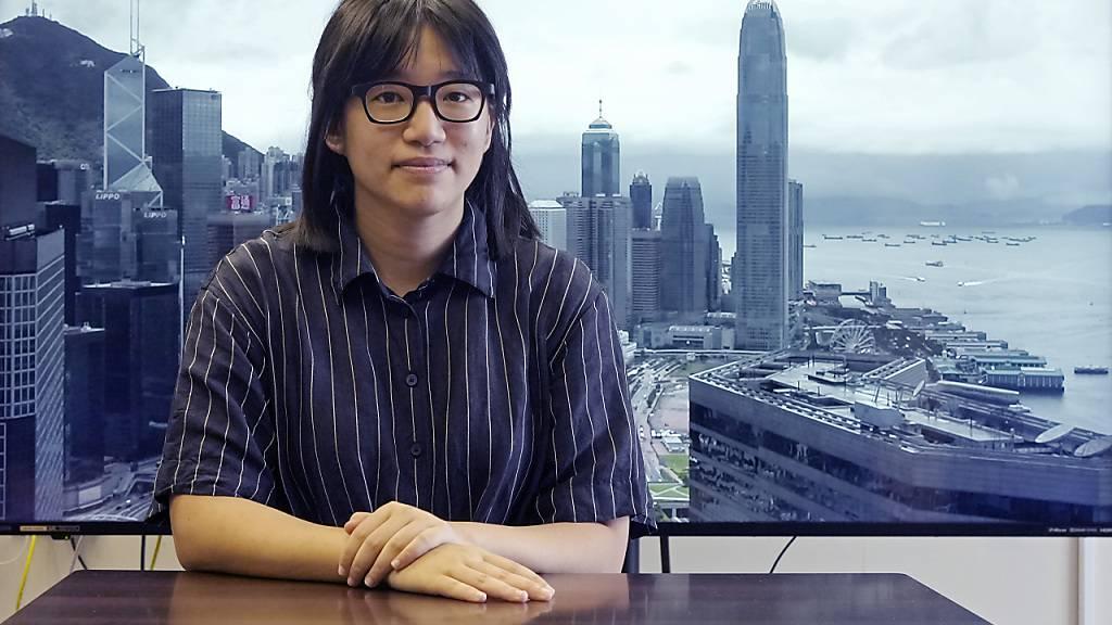 ARCHIV - Chow Hang-Tung, die Vizevorsitzende der Allianz zur Unterstützung der patriotischen demokratischen Bewegungen in China, am 24. Mai 2021. In Hongkong sind am Mittwoch erneut vier bekannte Aktivisten der demokratischen Opposition festgenommen worden. Foto: Vincent Yu/AP/dpa
