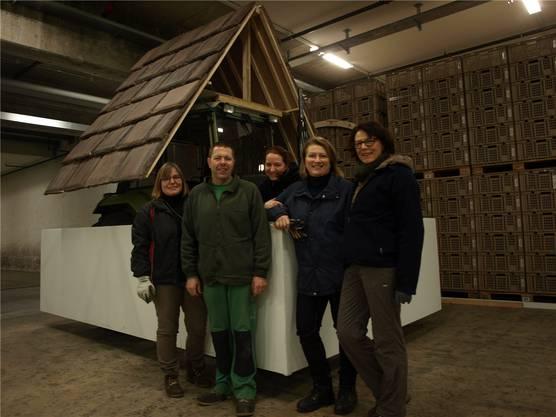 Die Rätschwyber mit den Chefinnen Madeleine Graber (2. von rechts) und Fränzi Zerilli (ganz rechts). Das Sujet «Mer zwitschere eis» entsteht so nach und nach.