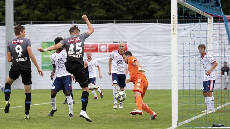 Sions Mickael Facchinetti (3.v.l.) erzielt das 4:0 - weitere Treffer sollten folgen. Mit 1:10 verliert Allschwil deutlich gegen die Walliser.