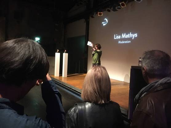 Lisa Mathys begrüsst die Gäste.