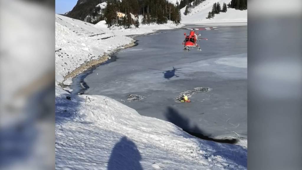 Im Eis eingebrochen: Rega rettet zwei Männer aus Seealpsee