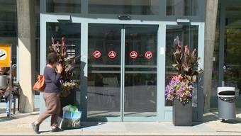 Mit schweren Schussverletzungen schleppte sich ein 28-Jähriger ins Kantonsspital Glarus. Der Grund für seine Verletzungen ist noch unklar.