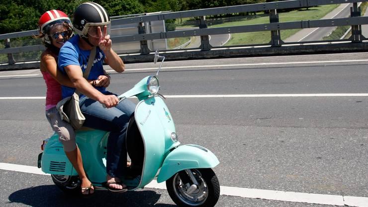 Kein ungewöhnliches Bild im Sommer: Zweiradlenker ohne Handschuhe und Stiefel – nur mit Helm.