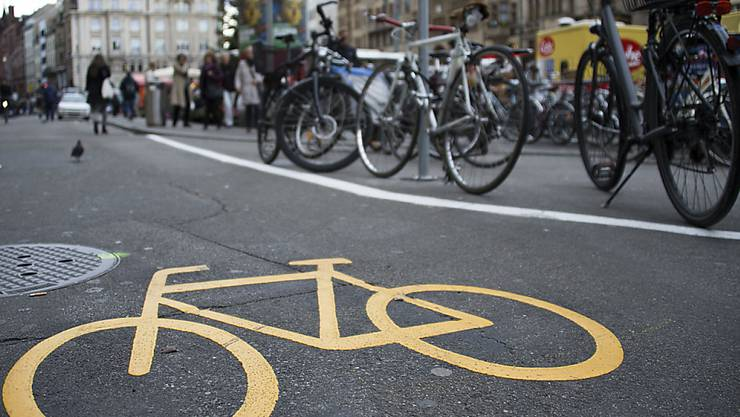 Auf den Strassen Basels sind immer mehr Velos unterwegs. Der Autoverkehr ist dagegen rückläufig.  (KEYSTONE/Georgios Kefalas)