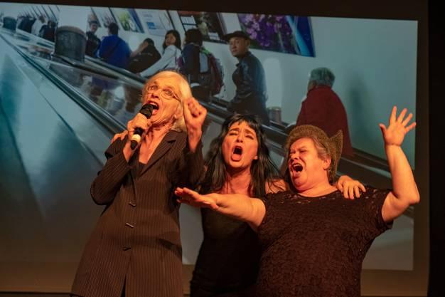 """Les Reines Prochaines laden in Basel zur Jubiläums-Revue """"Let's sing! Arbeiterin""""."""