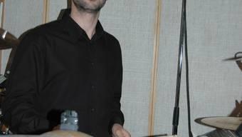 Roman Roth hat seinen Traum zum Beruf gemacht: Als Schlagzeuger sorgt er mit seinen Sticks bei vielen Bands für den nötigen Groove.