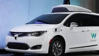 Mit einer Kooperation bei der Entwicklung selbstfahrender Autos wollen Daimler und BMW gemeinsam der neuen Konkurrenz die Stirne bieten. Führend ist auf diesem Gebiet heute die Google-Tochter Waymo. (Archivbild)