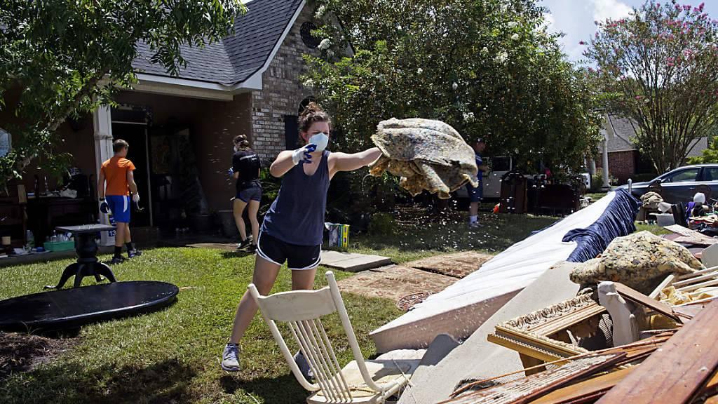 Helfer räumen ein Haus in Baton Rouge aus, das bei den Überschwemmungen beschädigt wurde. US-Präsident Obama wird am Dienstag in den Flutgebieten erwartet.