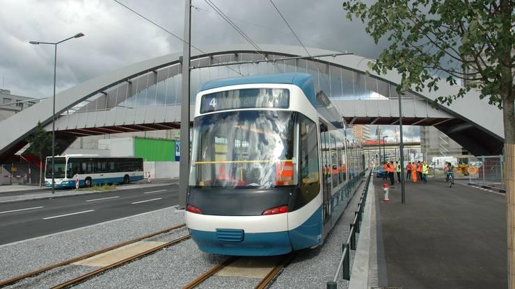2011: Das Tram Zürich-West rollt auf der umgestalteten Pfingstweidstrasse an.