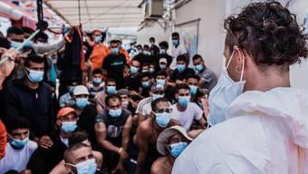 """Italien schickte am Samstag einen Psychiater und einen kulturellen Mediator an Bord der """"Ocean Viking""""."""