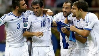 Die Griechen feiern 1:0-Torschütze Giorgos Karagounis (Nr. 10)