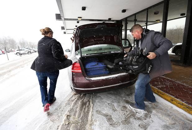 Diese beiden Fluggäste in Jacksonville, Florida, fahren wieder nach Hause, nachdem ihr Flug abgesagt wurde.