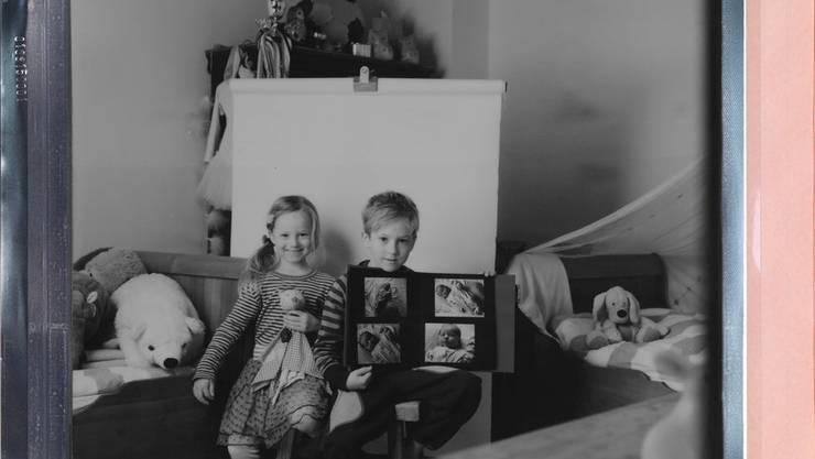 Romea, 6: Ich würde meinen Stoff-Igel mitnehmen, denn ohne ihn kann ich nicht schlafen. Und wenn ich nicht schlafen kann, kann Mami auch nicht schlafen. Laurin, 8: Ich würde dieses Fotobuch mitnehmen, weil es Erinnerungen aus der Zeit sind, als ich noch klein war.