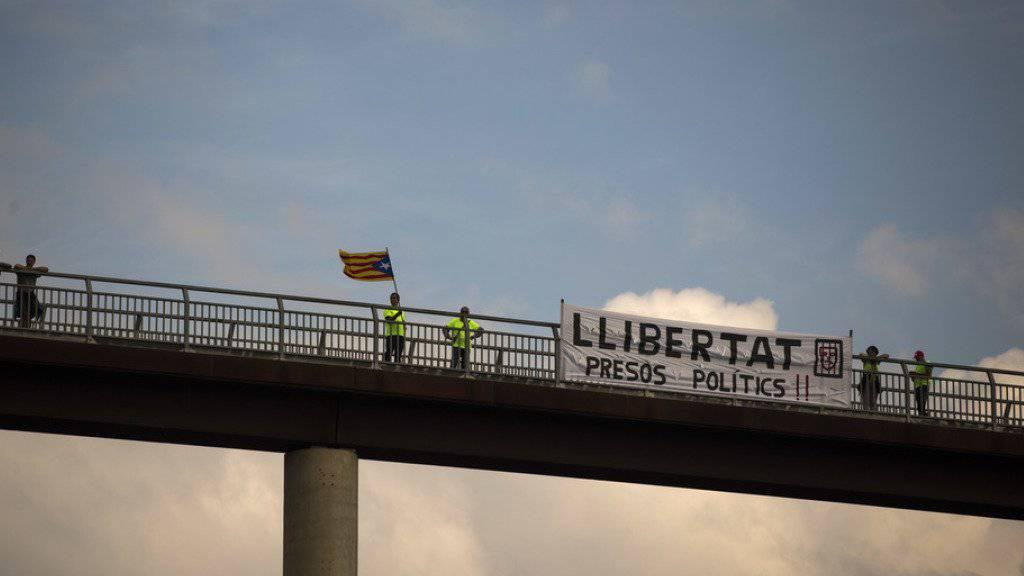 Tausende Menschen gingen in Katalonien und anderen Regionen Spaniens auf die Strasse, um gegen die Inhaftierung von Politikern zu demonstrieren.