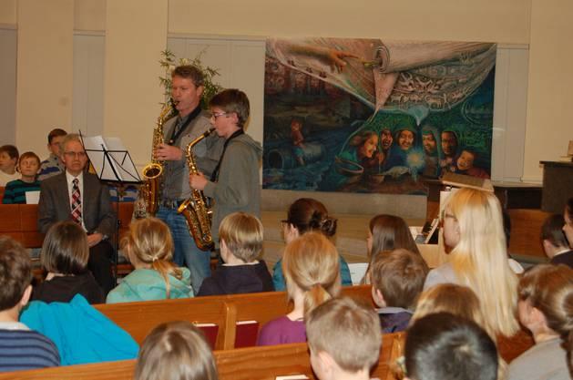 Die Abschlussfeier wurde umrahmt durch musikalische Beiträge der Teilnehmenden. Im Bild Ilja Blass mit seinem Lehrer Gerd Müller.