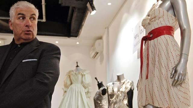Mitch Winehouse blickt auf Kleid seiner verstorbenen Tochter