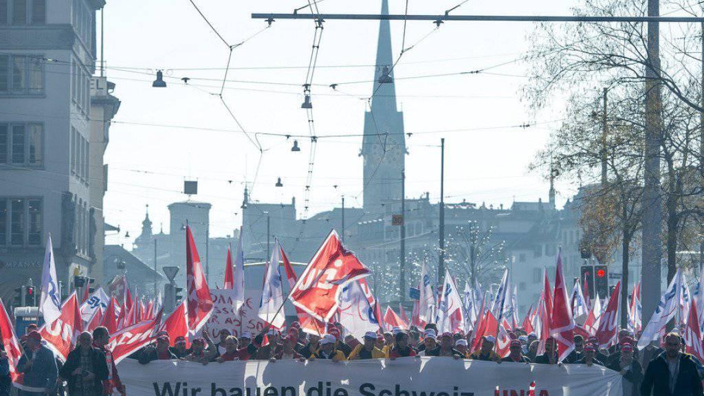 Am 10. November demonstrierten die Mitglieder der Gewerkschaft Unia - hier in Zürich - um ihren Forderungen Nachdruck zu verleihen. (Archivbild)