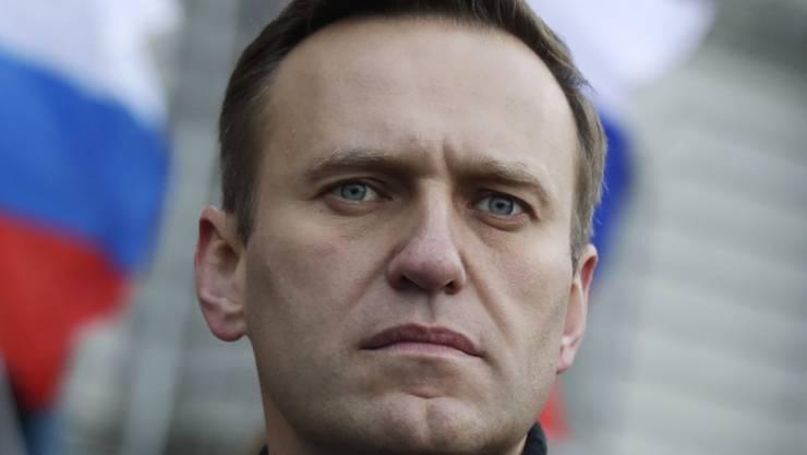 """ARCHIV - Alexei Nawalny, Oppositionsführer aus Russland, nimmt an einem Gedenkmarsch für den Kremlkritiker Boris Nemzow teil. (zu """"Russische Opposition: Nawalny bewusstlos im Krankenhaus"""") Foto: Pavel Golovkin/AP/dpa"""
