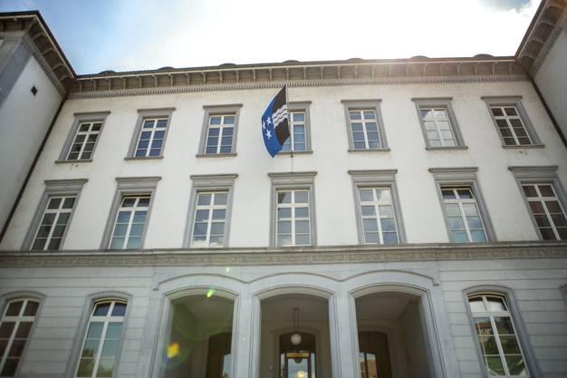 Jetzt weht eine stattliche Aargauer Fahne statt der Badener Fahne am Haus.
