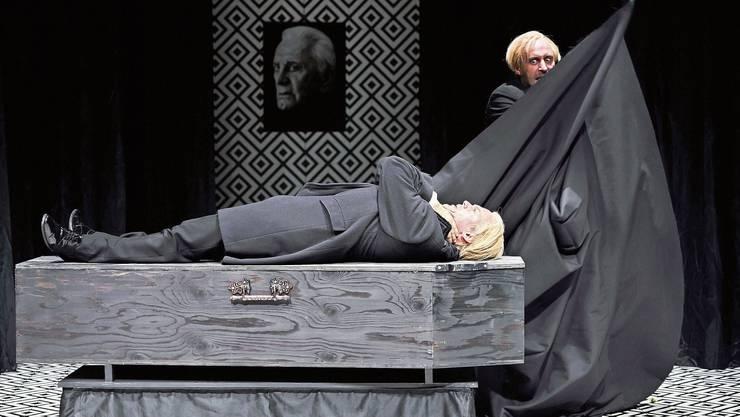Ein bezaubernder Abend mit Zaubereien: Paul Schröder (liegend) und Thomas Niehaus.