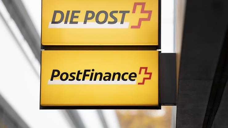 Der Betriebsertrag der PostFinance ist um 4 Prozent gefallen: Logos von Post und PostFinance (Archivbild).