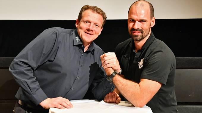 Die beiden Sportchefs Kevin Schläpfer (SC Langenthal) und Marc Grieder (EHC Olten) reichen sich vor dem Playoff-Auftakt die Hand