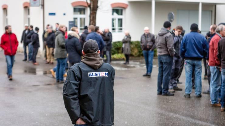 Alstom streicht 1300 Stellen - Mitarbeiter auf dem Weg zu einem Informationsanlass des Unternehmens am Mittwochmittag