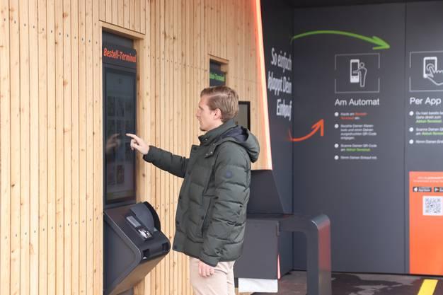 Zum Verkaufsroboter statt an die Ladenkasse: Der Automat «Pick-me 24/7» von der Migrolino in der Dietiker Silbern bietet einiges was Kunden für einen Noteinkauf brauchen.