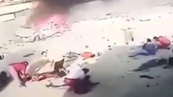 In der irakischen Hauptstadt Bagdad explodiert eine Autobombe - dann passiert Seltsames. Menschen rennen daher und legen sich auf den Boden, so als wären sie verletzt worden. Dann kommt auch noch ein Krankenwagen. Die Nachrichtenagentur AP veröffentlichte am 31. Oktober 2016 Bilder des vermeintlichen Autobomben-Anschlags. Es ist aber noch nicht abschliessend geklärt, ob das Video echt ist und der Anschlag nur gestellt.
