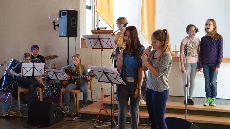 Schülerinnen und Schüler bei der Probe im Bandprojekt